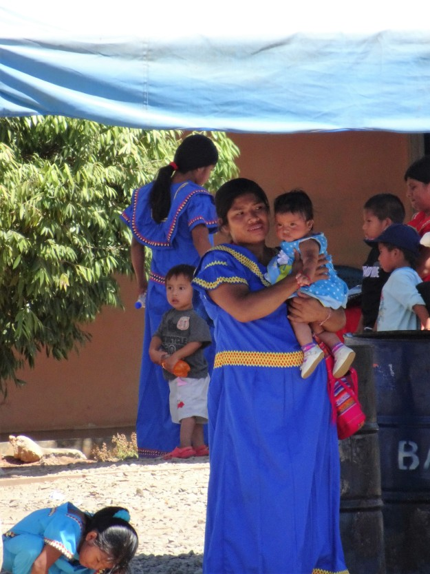 Indigenas mit schönen, bunten Kleidern